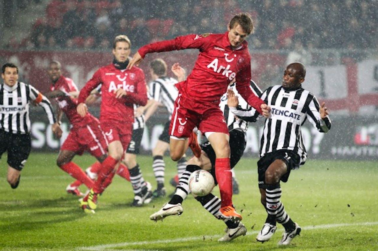 Luuk de Jong van FC Twente in duel met Kwame Quansah van Heracles.