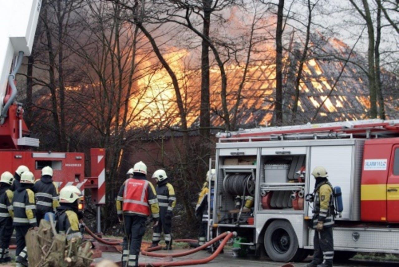 De brandweer in actie in 't Zandt (archieffoto, december 2007). ANP