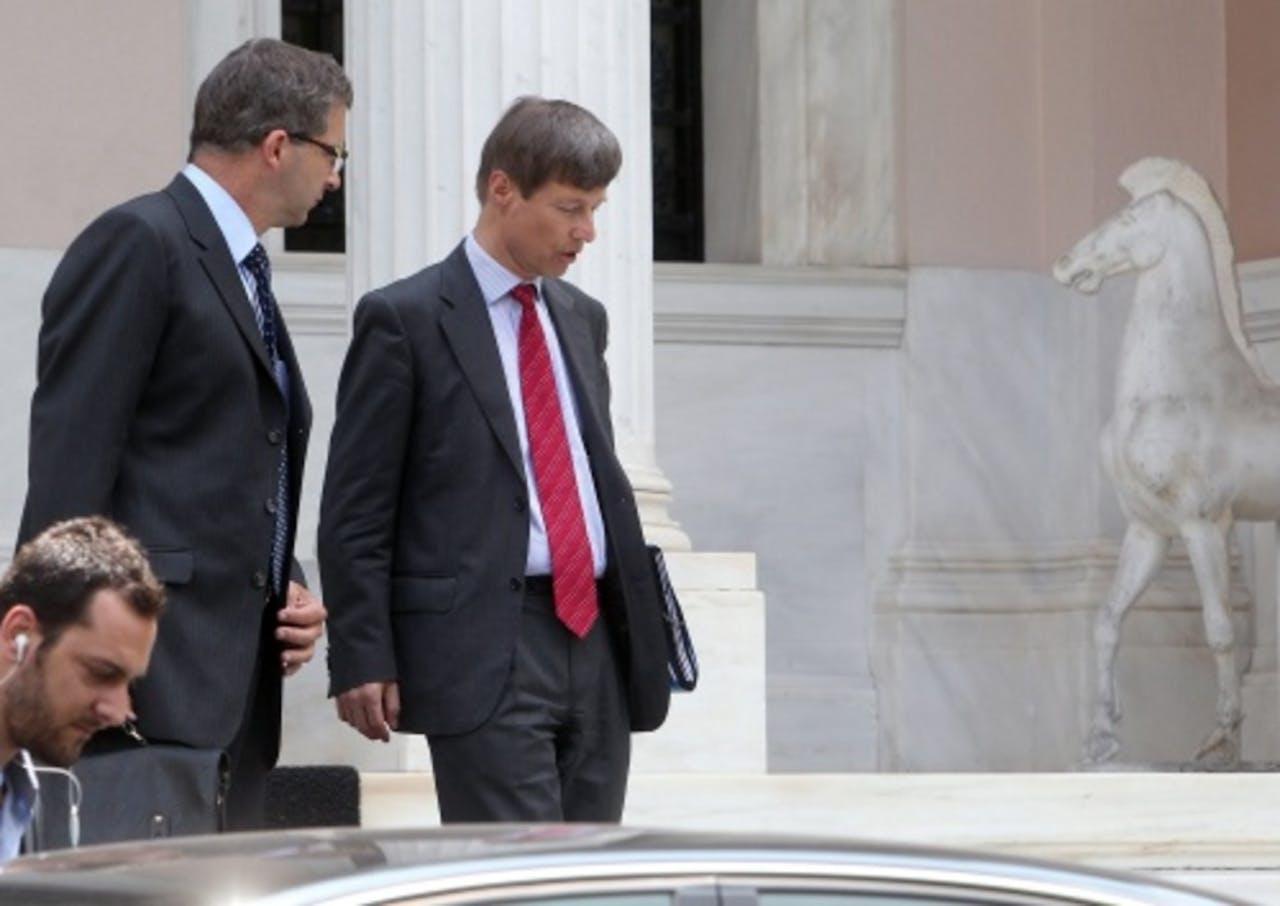Vertegenwoordigers van de Europese Centrale Bank en de Europese Commissie verlaten het kantoor van de premier na een ontmoeting met de Griekse premier Antonis Samaras. EPA