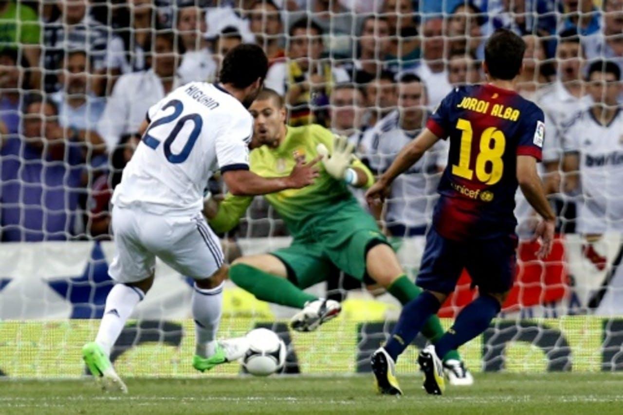 Gonzalo Higuain (L) van Real Madrid maakt de eerste goal. EPA