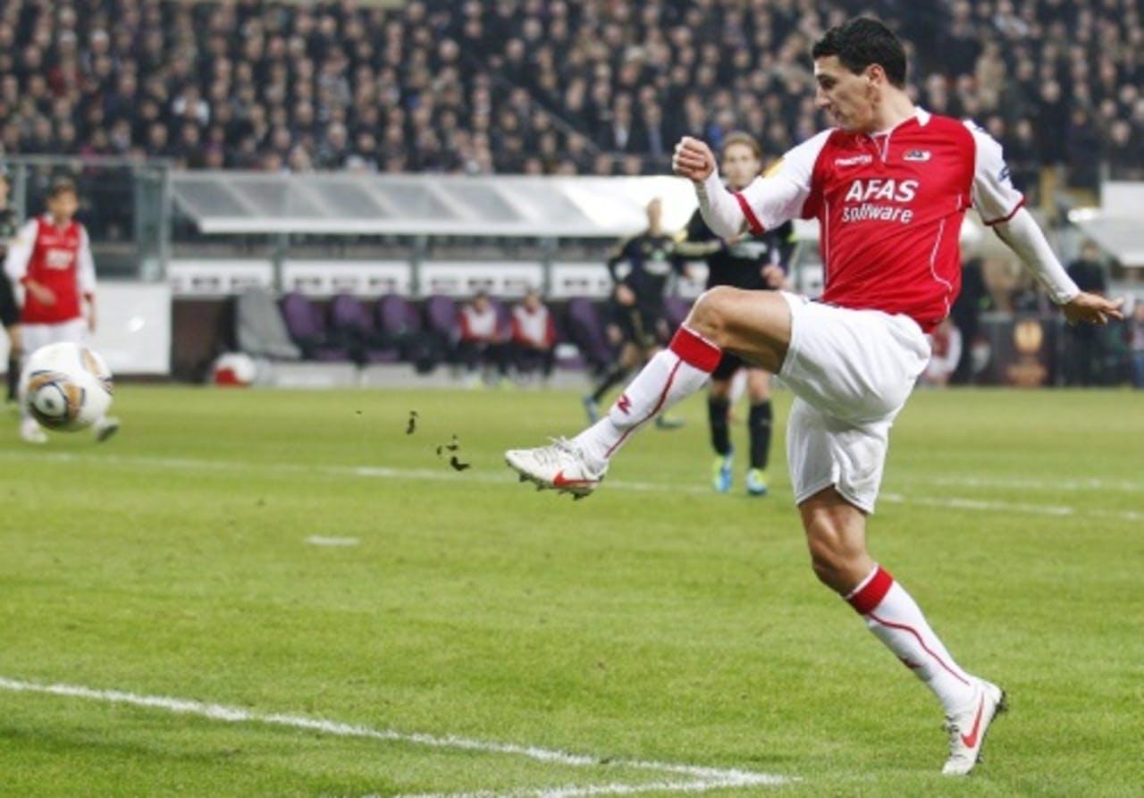 Maarten Martens van AZ schiet de 1-0 binnen. ANP