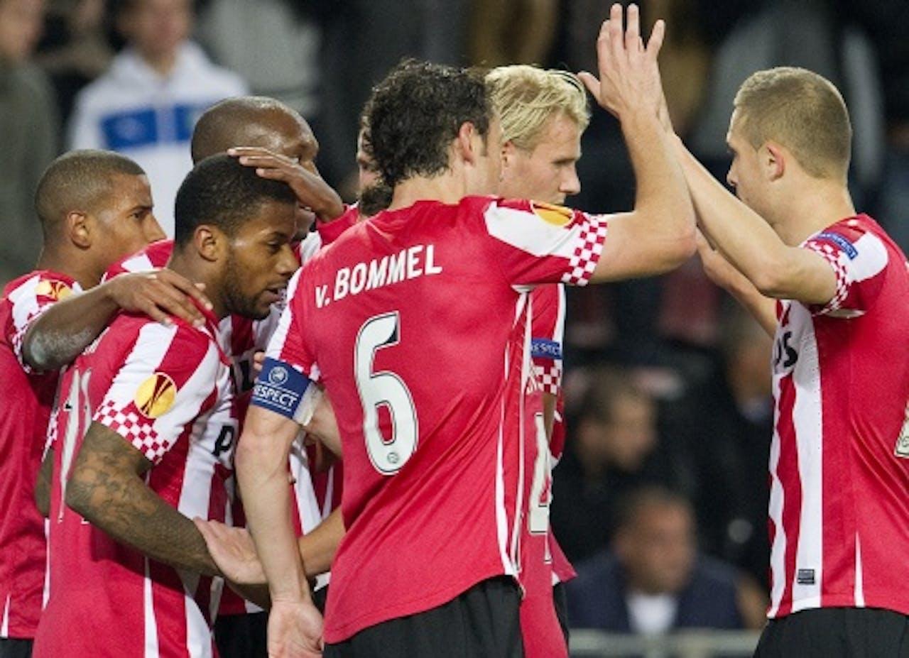 Jeremain Lens (L) van PSV wordt gefeliciteerd met zijn 1-0 tegen Napoli. ANP