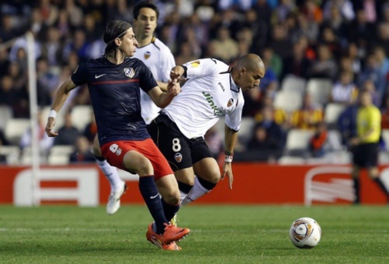 Valencia-speler Feghouli (R) vecht voor de bal met Atletico Madrid Filipe Luis (L). EPA