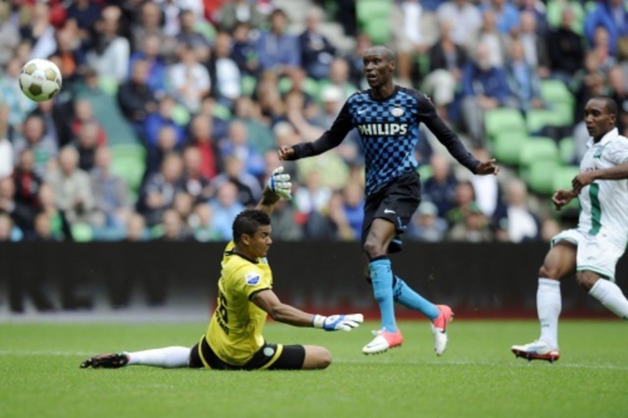 PSV-speler Atiba Hutchinson passeert FC Groningen-doelman Luciano Da Silva voor de 0-1. ANP