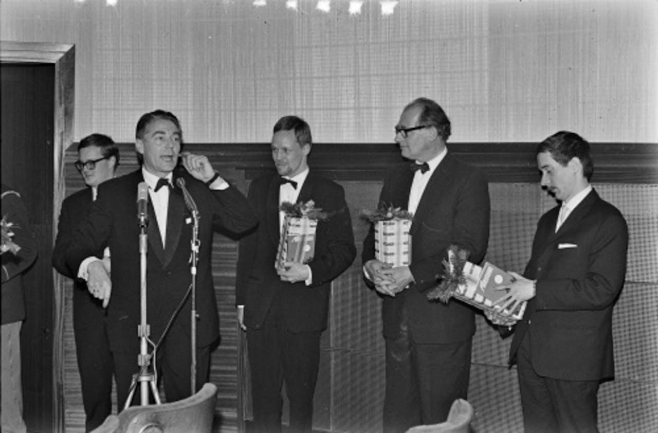 Otto Ketting (R) met Bert Haanstra (L) in 1963. ANP archiefbeeld.