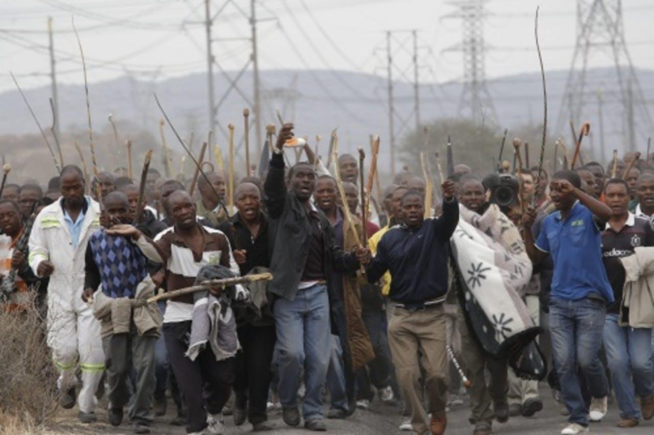 Stakende mijnwerkers in de buurt van de Marikana-mijn (archieffoto, september 2012). EPA