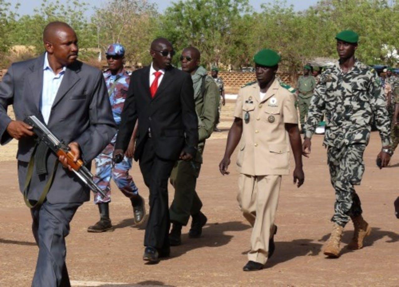 Coupleider Amadou Sanago tweede van rechts. EPA