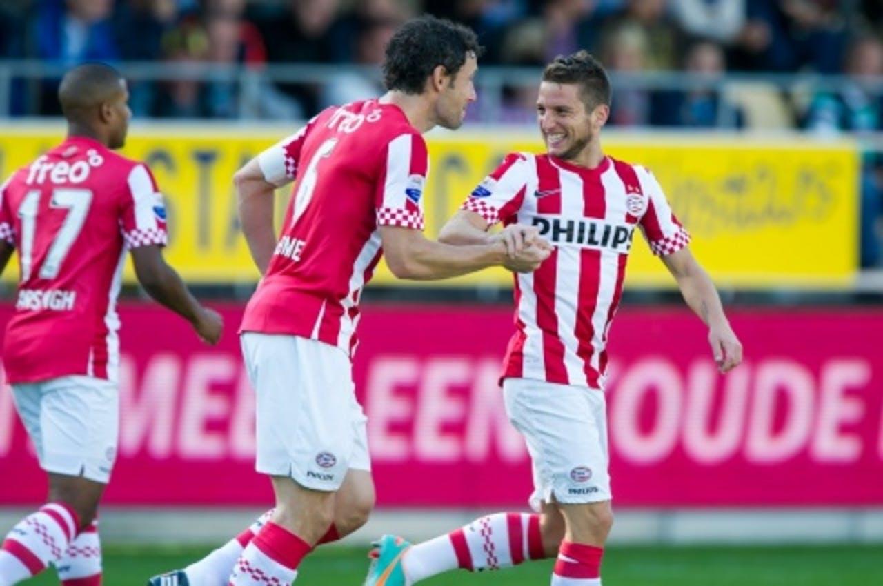 Dries Mertens (R) heeft de 1-0 gescoord en wordt gefeliciteerd door ploeggenoot Mark van Bommel. ANP