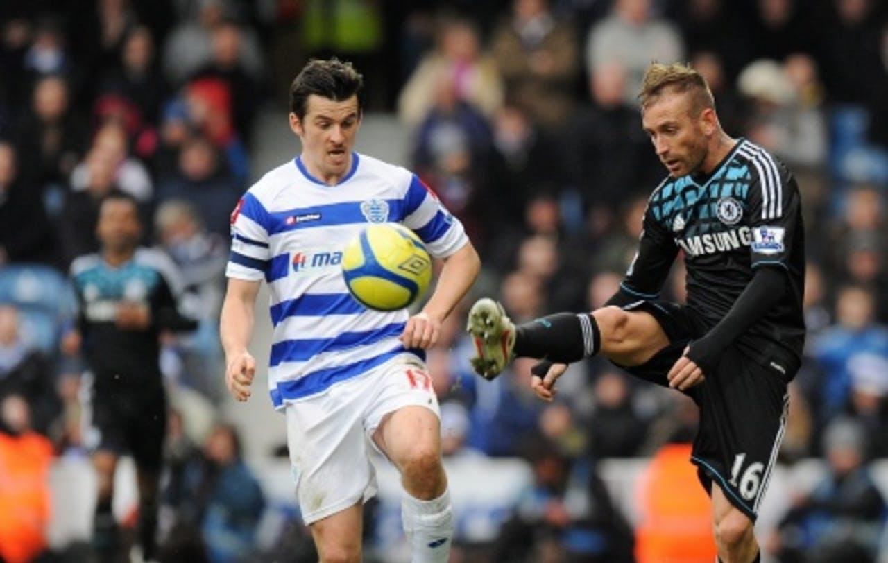 Chelsea's Raul Meireles (R) en QPR's Joey Barton (L) gaan voor de bal. Archiefbeeld. EPA