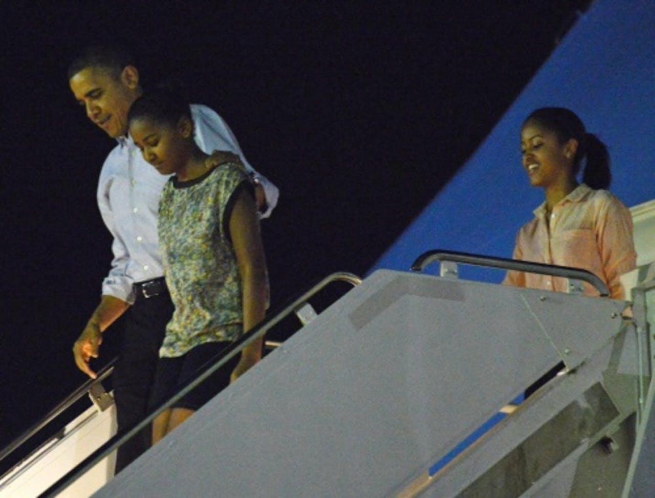 Obama met zijn dochters afgelopen zaterdag bij aankomst op Hawaii. EPA