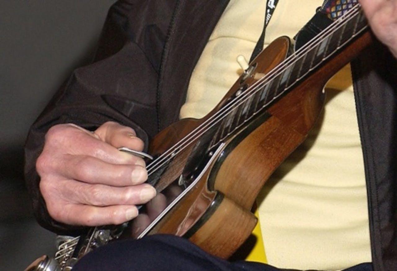 Archieffoto uit 2009 van een man met een gitaar. EPA