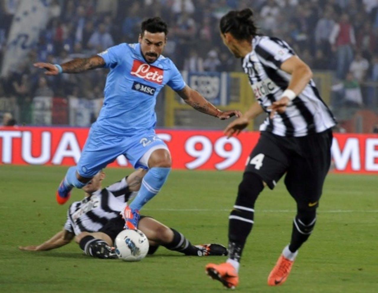 Ezequiel Lavezzi (C) van Napoli vecht om de bal met Leonardo Bonucci (L) en Martin Caceres (R) van Juventus. EPA
