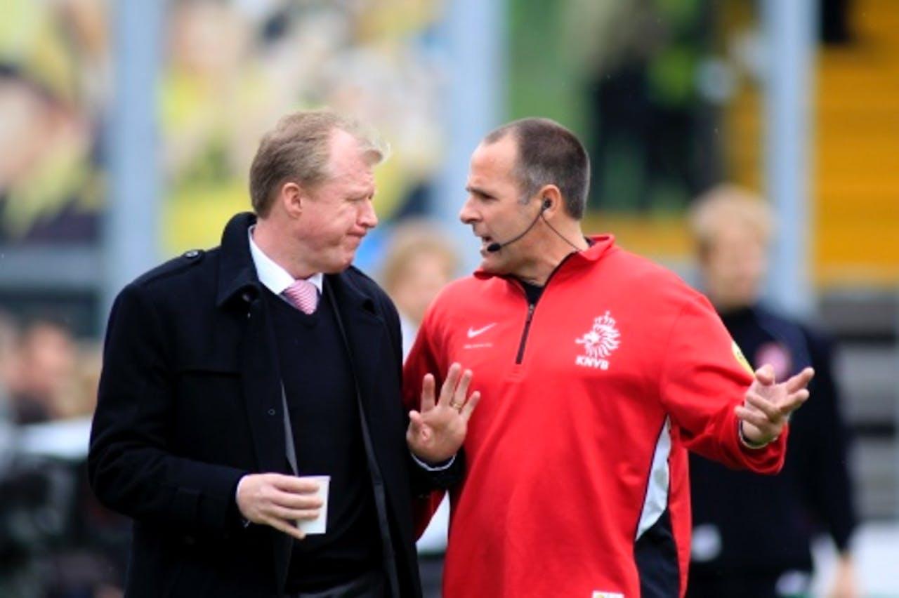 Trainer Steve McClaren (L) van FC Twente in gesprek met scheidsrechter Ruud Bossen (R) in de eredivisiewedstrijd tegen VVV. ANP PRO SHOTS