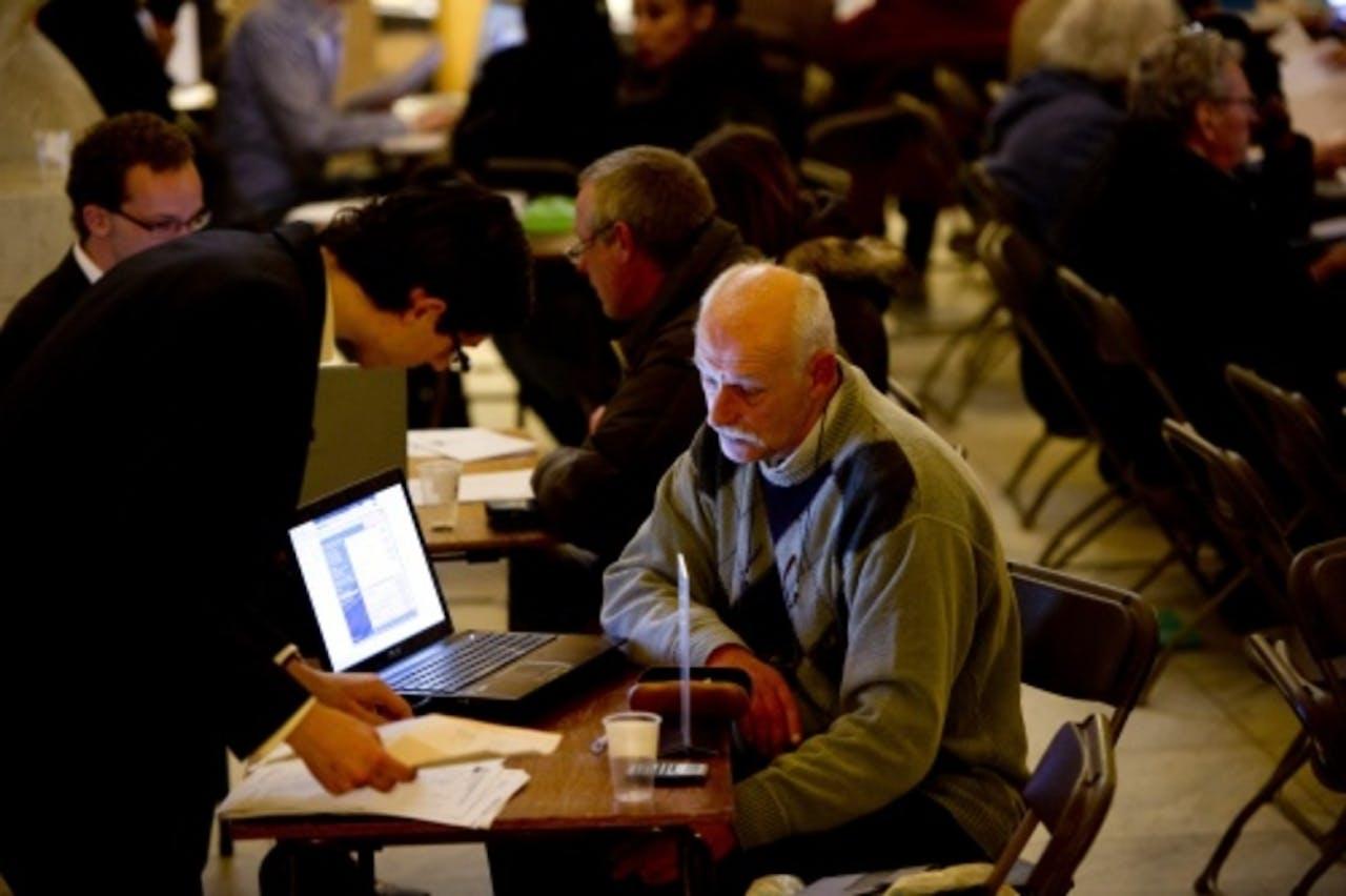 In Rotterdam hielpen studenten minder bedeelde en oudere Rotterdammers met het invullen van de belastingformulieren. ANP