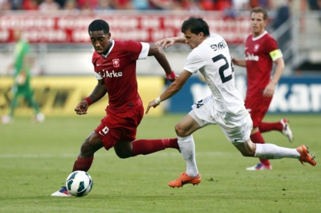 Leroy Fer (L) van FC Twente in duel met Matej Sivric van Mlada Bolesla. ANP