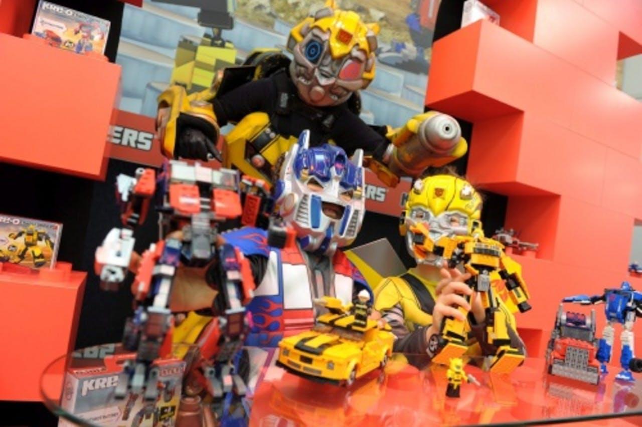 Twee kinderen spelen met Lego-poppetjes van Transformers. EPA