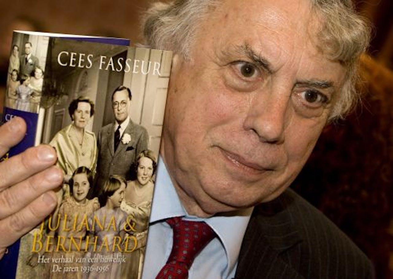Cees Fasseur met het boek Juliana & Bernhard. ANP