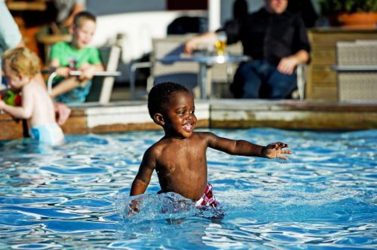 Kinderen zochten afgelopen week de verkoeling van het zwembad op. ANP