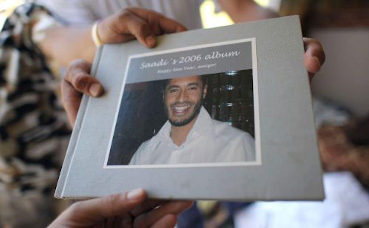Rebellen laten een fotoalbum van Saadi al-Kaddafi zien. EPA