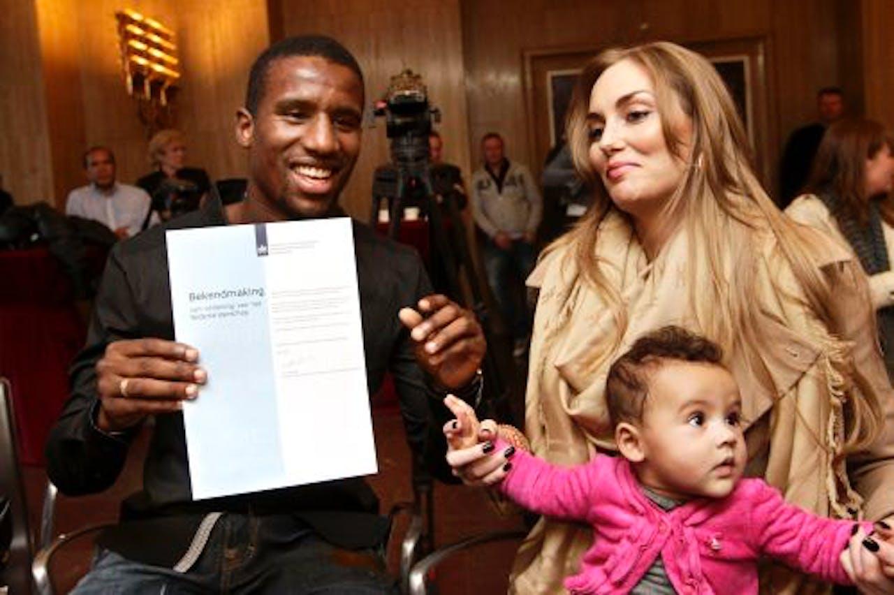 Voetballer Douglas samen met zijn vriendin en dochter. ANP
