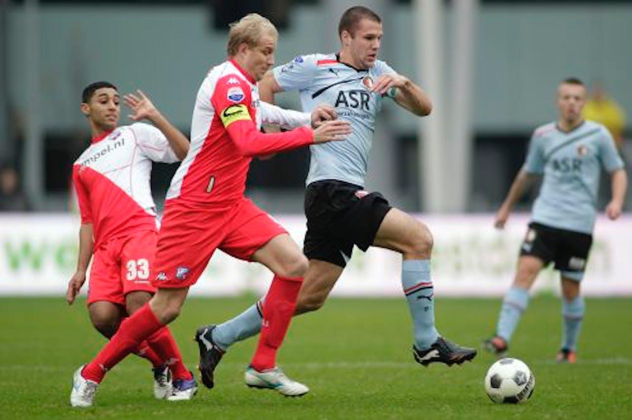 Anouar Kali (L) en Frank Demouge (M) van FC Utrecht proberen Ron Vlaar(R) van Feyenoord af te stoppen. ANP PRO SHOTS