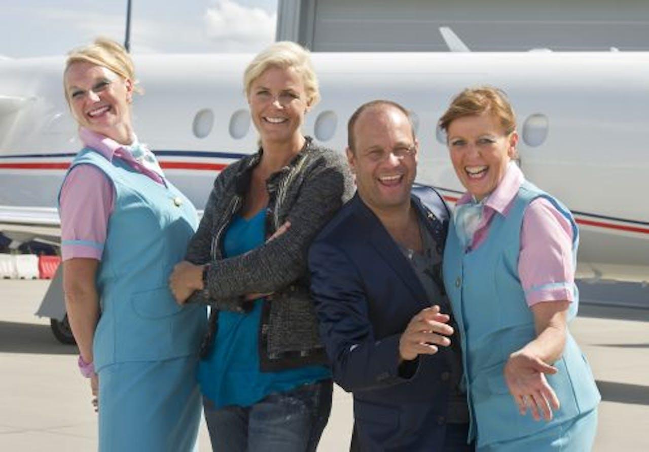 Irene en Carlo op Rotterdam The Hague Airport geflankeerd door stewardessen van GoedkoopAir. ANP Kippa