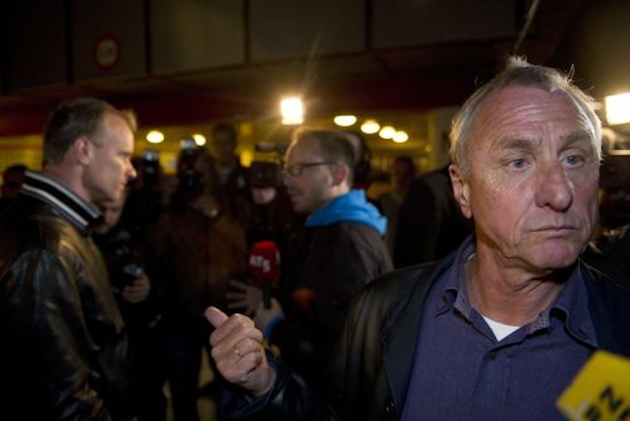 Johan Cruijff (R) met op de achtergrond Dennis Bergkamp (L). ANP