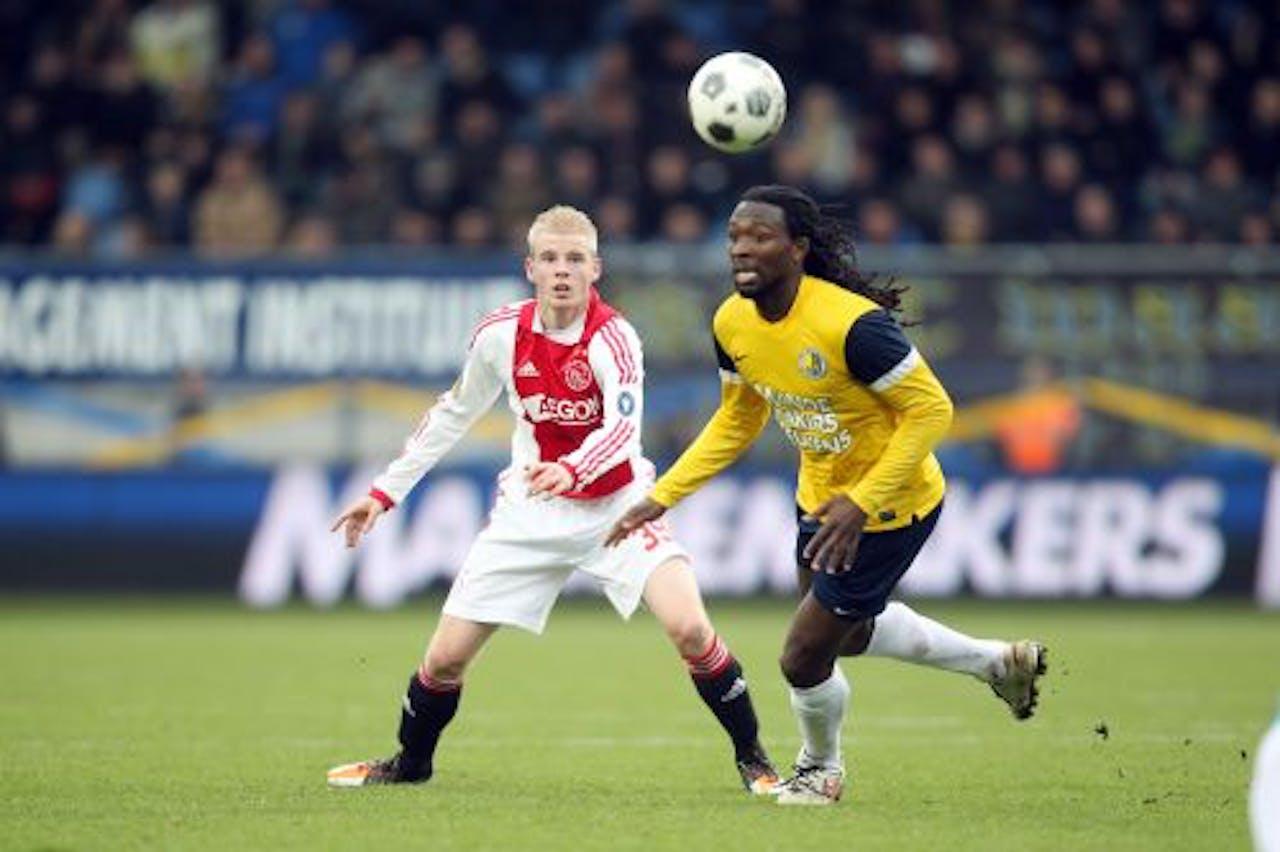 Davy Klaassen (L) van Ajax in duel met Evander Sno (R) van RKC. ANP PRO SHOTS