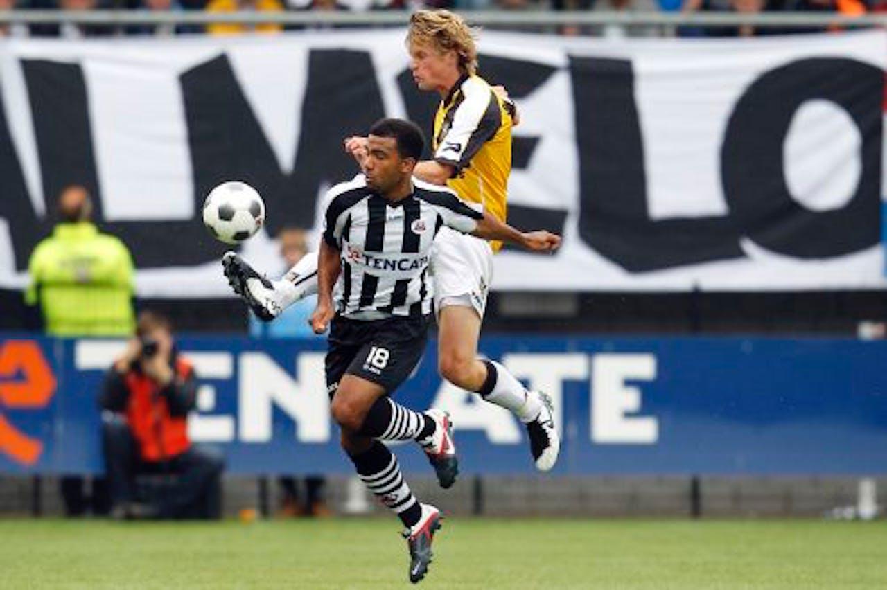 Samuel Armenteros (L) van Heracles Almelo in duel met Kees Luijckx (R) van NAC. ANP PRO SHOTS