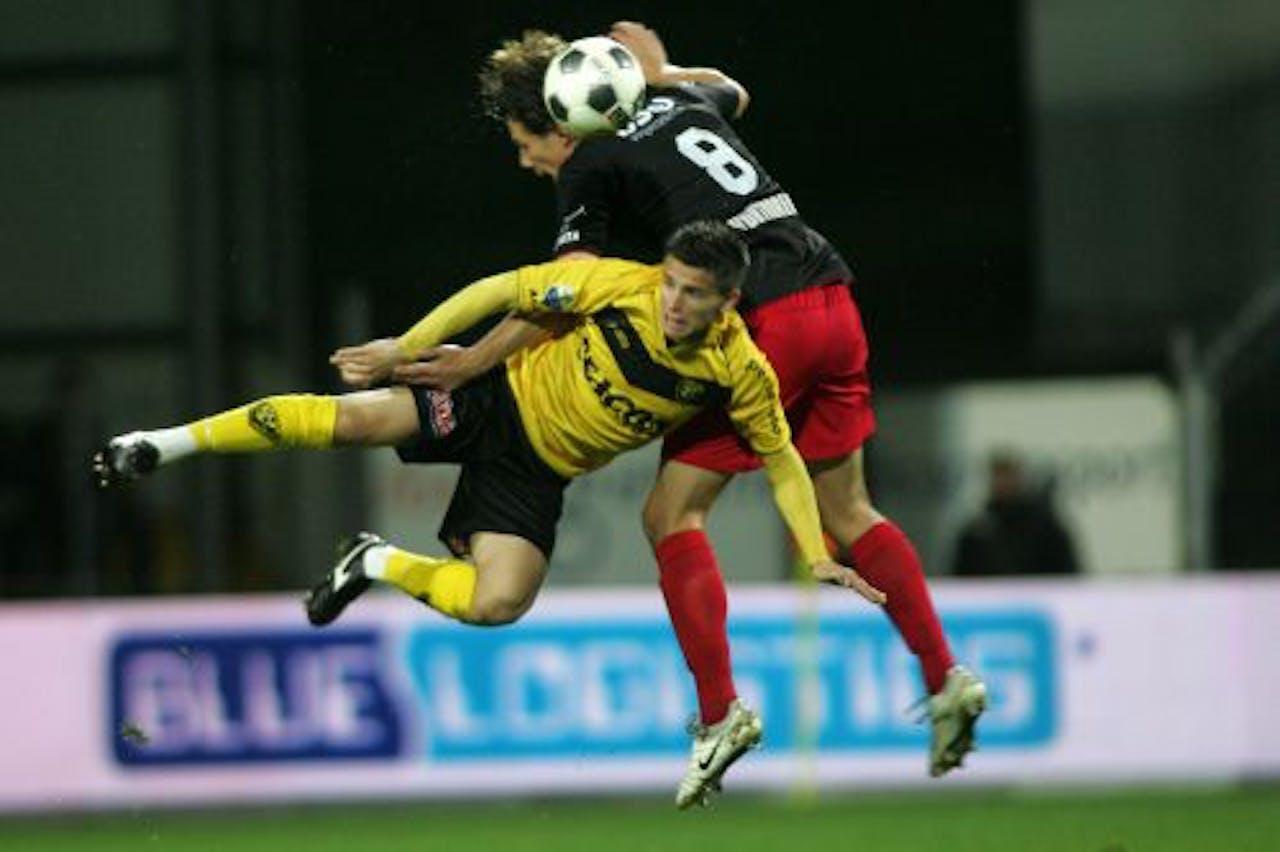 VVV-speler Bryan Lissen (L) in duel met Niels Vorthoren van Excelsior. ANP PRO SHOTS