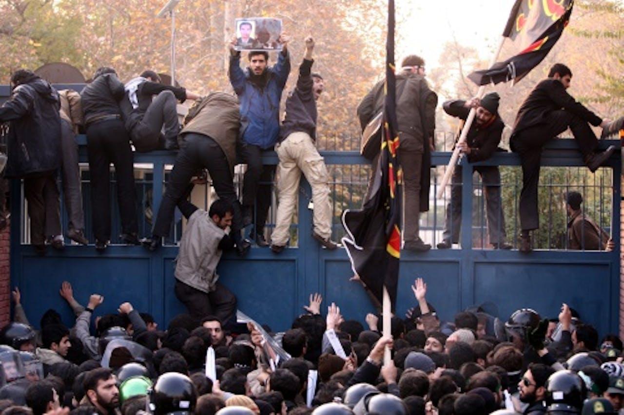 De Britse ambassade in Teheran werd dinsdag bestormd. EPA