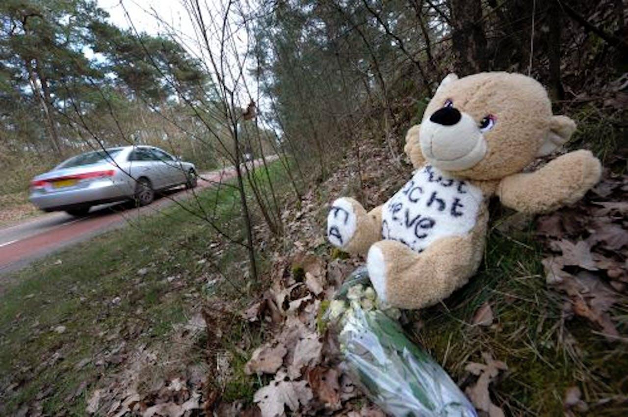Een beertje en twee bosjes witte rozen zijn neergelegd op de plaats van het ongeval. ANP