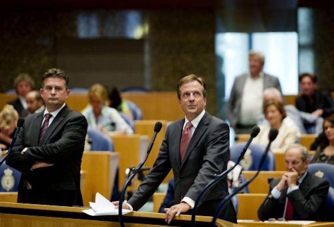 Emile Roermer van de SP (L), Alexander Pechtold (M) van D66 en Job Cohen woensdag tijdens het debat in de Tweede Kamer. ANP
