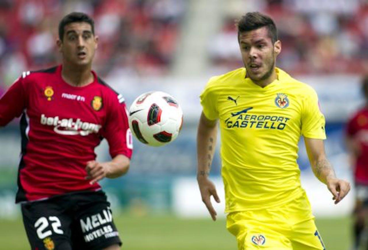 Cendros (L) van Real Mallorca in duel met Catala (R) van Villarreal. EPA
