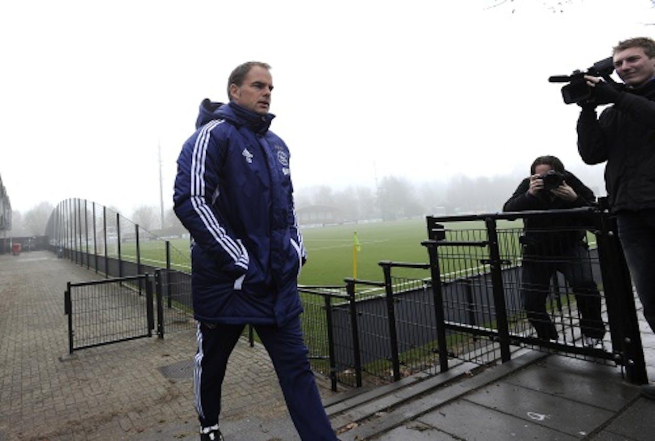 Trainer Frank de Boer vrijdag op weg naar de training van Ajax op de Toekomst. ANP