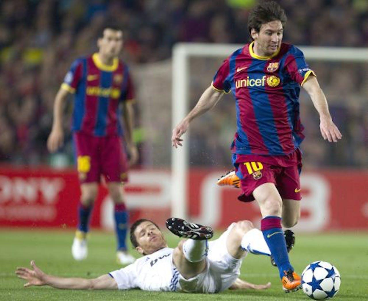 Xabi Alonso (L) in duel met Lionel Messi. EPA