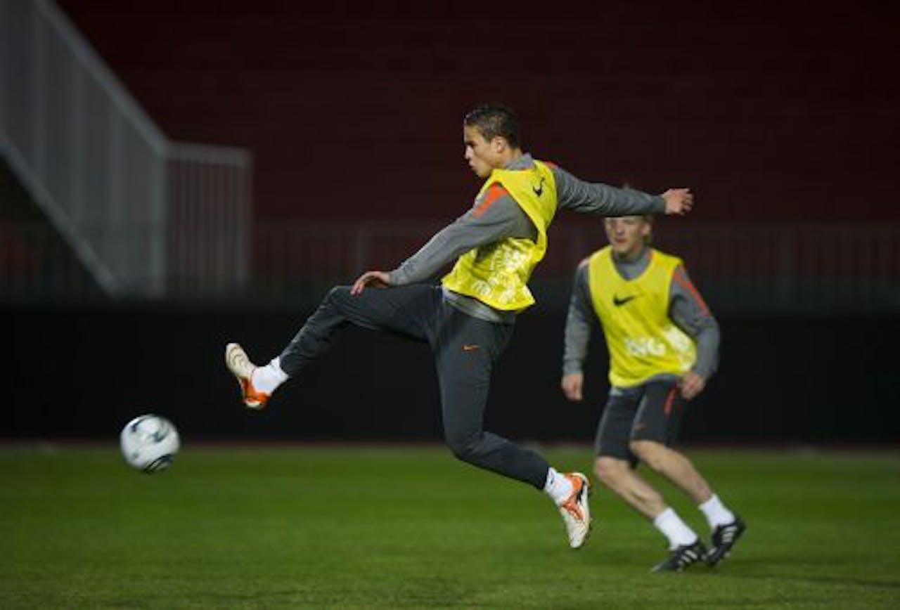 Ibrahim Afellay (L) en Dirk Kuyt donderdag in actie tijdens de training. ANP
