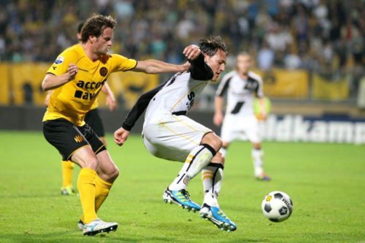 Roda JC-speler Robbie Wielaert (L) in duel met Nemanja Gudelj van NAC. ANP PRO SHOTS