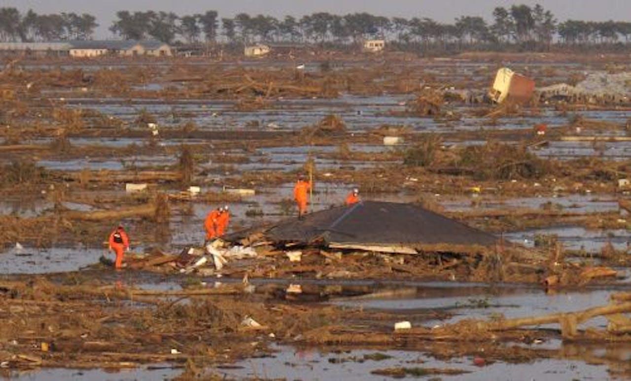 Reddingswerkers zoeken naar overlevenden. EPA