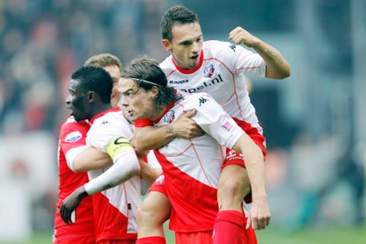 Utrecht viert de 1-1 van aanvoerder Nana Asare (L), Rodney Sneijder balt zijn vuist op de rug van Dave Bulthuis. ANP Pro Shots