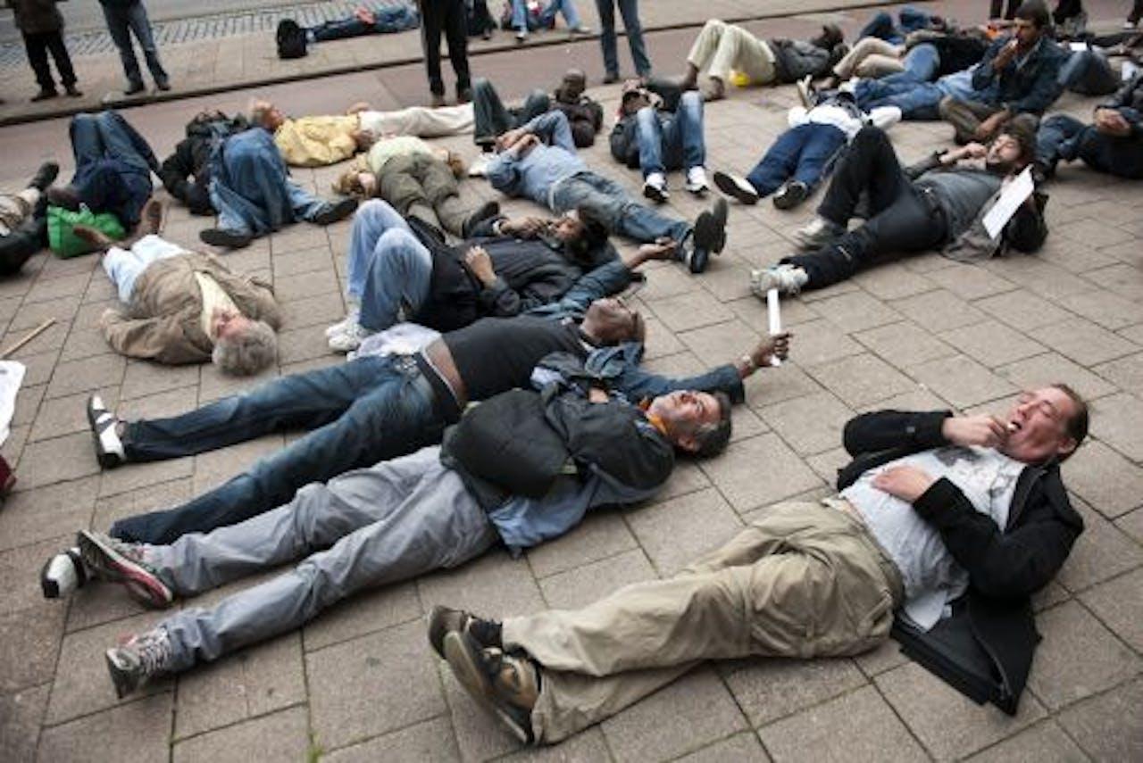 Rotterdamse daklozen demonstreren woensdagochtend voor het stadhuis van Rotterdam. ANP
