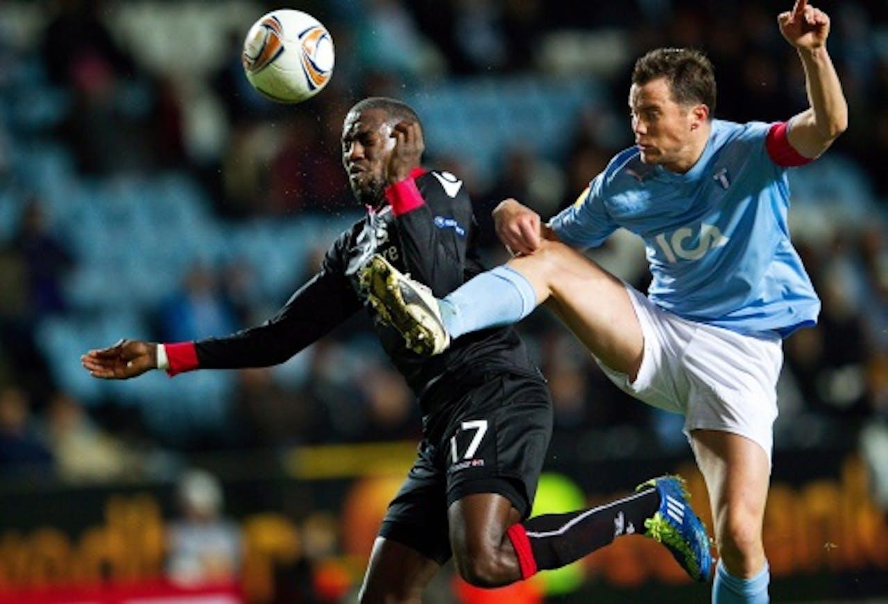 AZ-speler Jozy Altidore (L) in duel met Daniel Andersson van Malmö FF. EPA