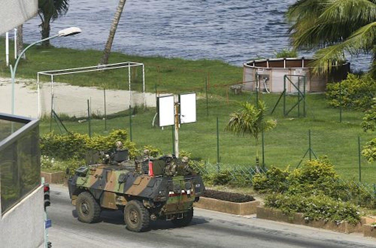 Een Frans pantservoertuig in Abidjan. EPA