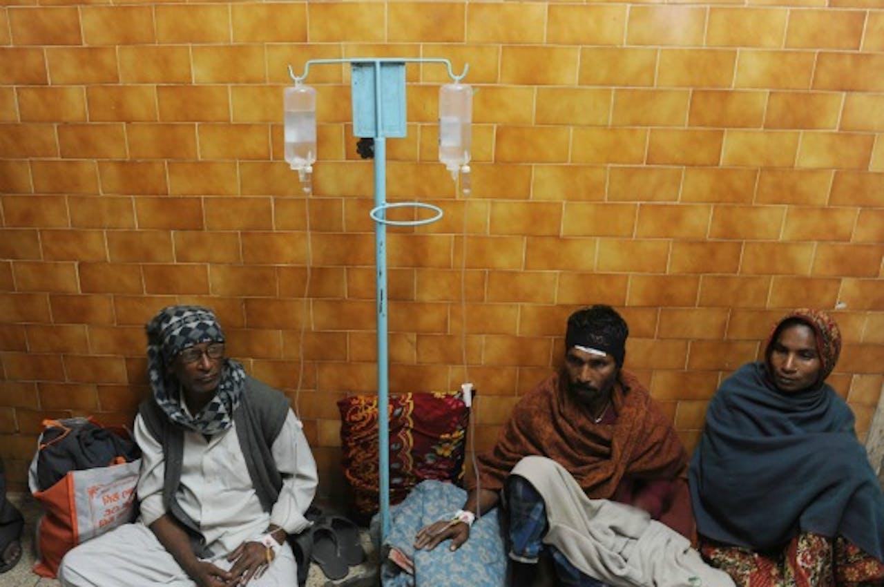 Patienten met een alcoholvergiftiging krijgen een medische behandeling in het ziekenhuis in Diamond Harbour.