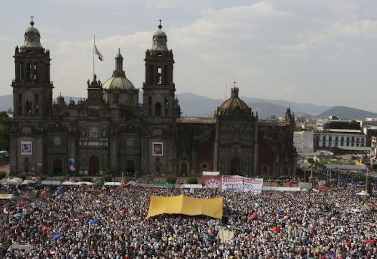Tienduizenden Mexicanen vormden op het plein, el Zócalo, de climax en het slot van de protestmars. EPA