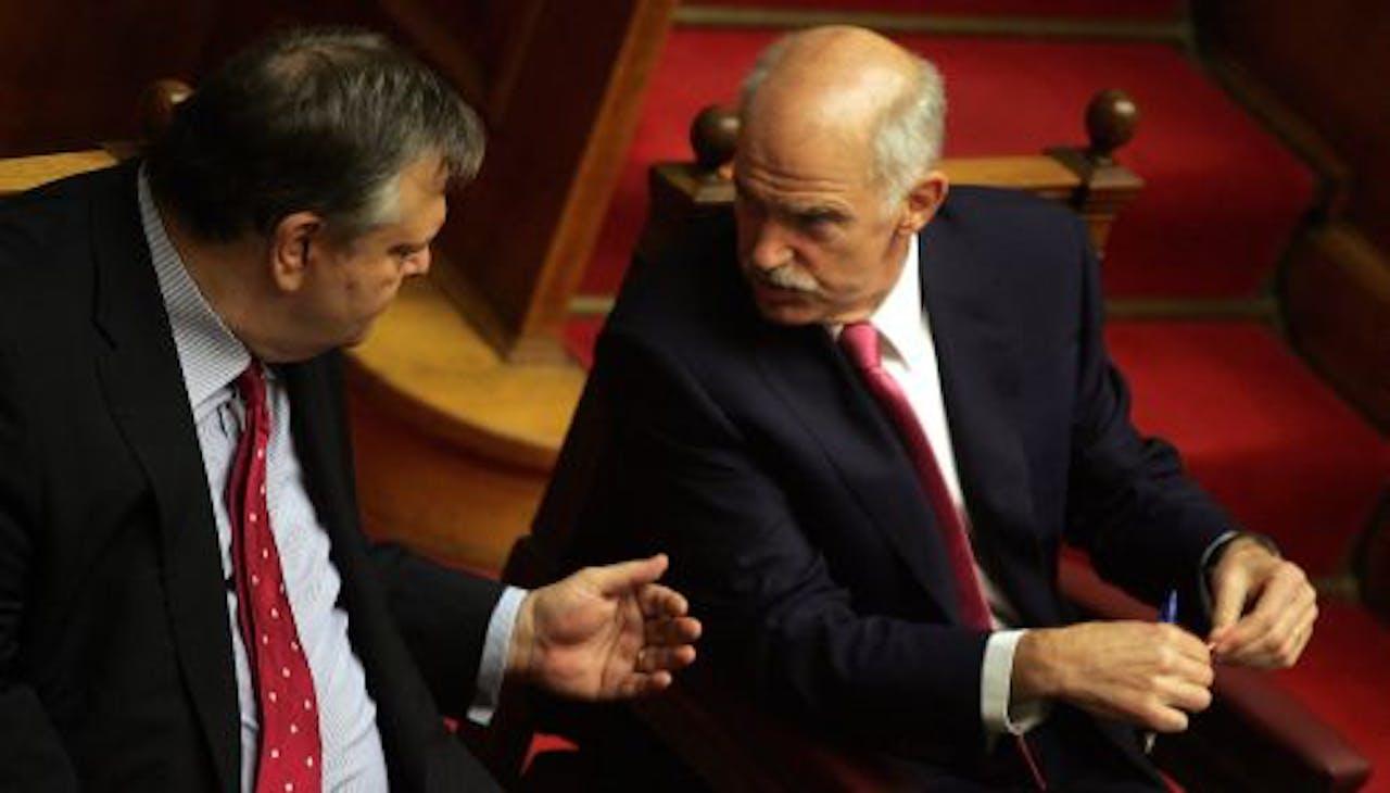 De Griekse minister van Financiën Evangelos Venizelos (L) met Griekse premier George Papandreou tijdens de stemming dinsdag. EPA
