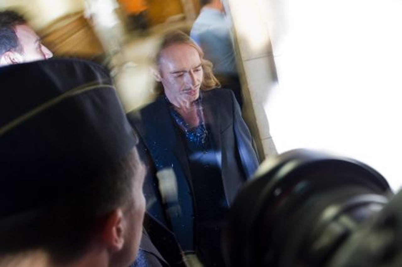 Galliano bij aankomst in de rechtbank. EPA