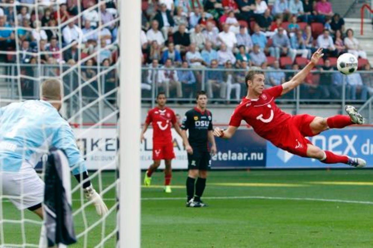 Marc Janko (R) van FC Twente probeert te scoren tegen Excelsior. ANP
