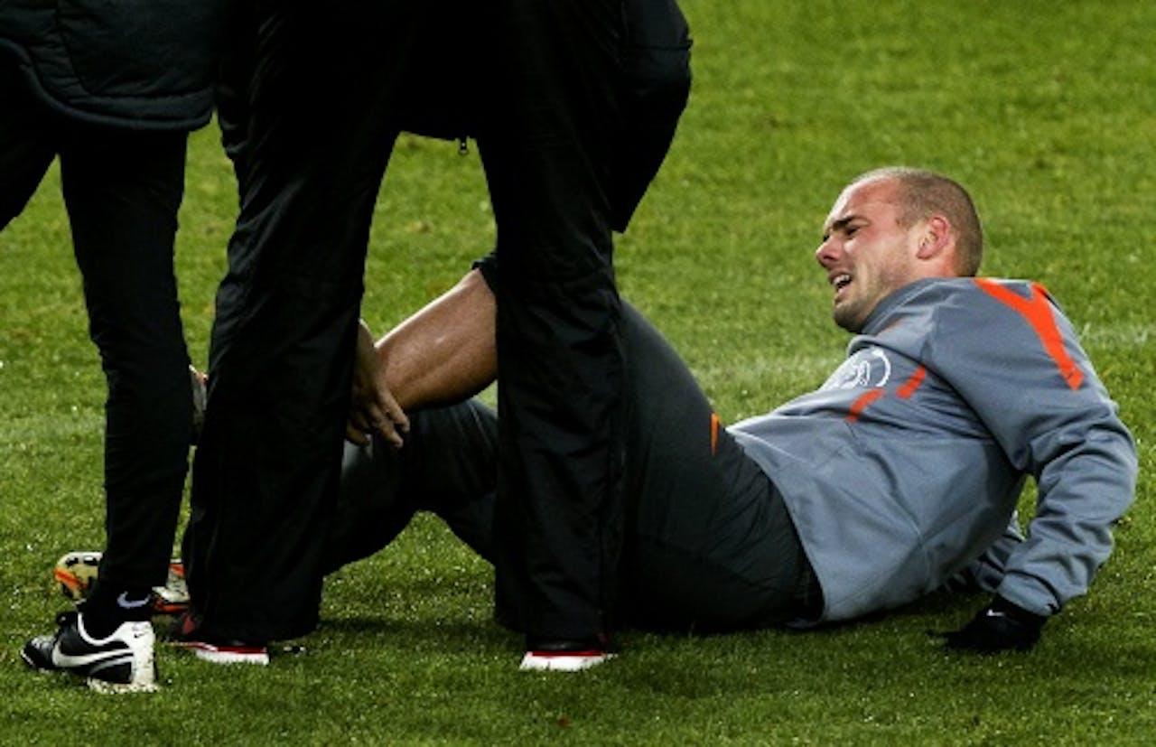 Wesley Sneijder liep maandag kort voor het einde van de training in Hamburg een kuitblessure op. ANP