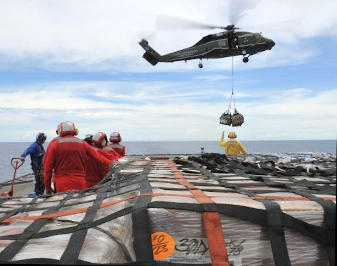 Hulpgoederen staan klaar om van een Amerikaans marineschip naar Japan te worden vervoerd. EPA